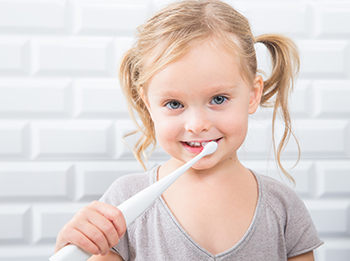 Kid brushing with connected sonic toothbrush